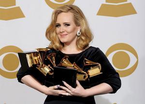"""Prisregn. Hela sex priser blev facit för brittiska soulstjärnan Adele. Bland annat utsågs hennes """"Rolling in the deep"""" till årets skiva."""