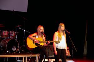 Salatjejerna Emmie Strandberg och Alexandra Eklund sjöng Jason Mraz låt