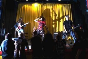 En inbjuden gäst till fredagens minifestival med rock- och punkmusik var hudiksvallsbandet Objuden gäst.