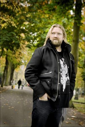 Operasångaren Rickard Söderberg leder en av körerna i TV 4:s