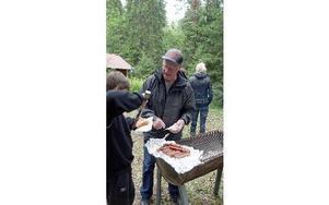 Efter invigningen bjöd Leknäs-Staksbo byalag och By Utvecklingsgrupp  på kaffe med dopp och grillad korv med bröd.FOTO: KERSTIN ERIKSSON