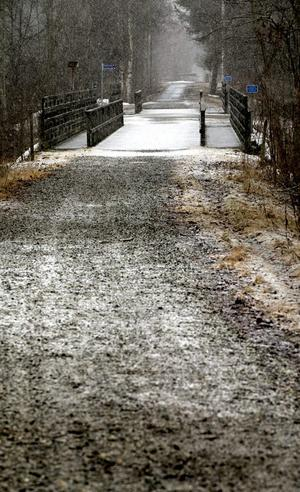Fram till den före detta järnvägsbron är det asfalt. Resten av sträckan mot Örebro ska nu beläggas med stenmjöl, viket många inte tycker är tillräckligt.