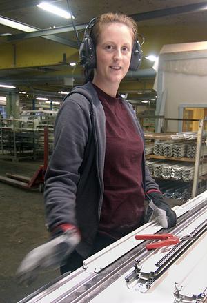 Jennie Abrahamsson började på Edsbyporten i juni. Där jobbar hon med att duka upp aluminiumprofiler som ska till Svenska Fönster.