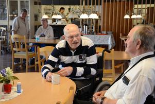 Kritisk. Arne Hultman 90 år framhåller att den sociala samvaron under måltiderna är viktig. Han tycker inte om att tremålssystemet ska tas bort. Arne tror att det kan leda till ökad isolering och ohälsa bland äldre. Här samspråkar han med Gunnar Eriksson.