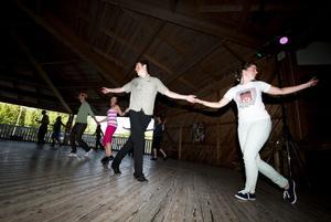 Ledarna Jonas Gummesson och Anna-Karin Jonsson värmde upp både nybörjare och vana dansare.