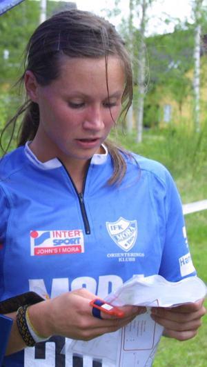 Kartbestyr. Eva Svensson hade problem på de korta sträckorna med snabb kartläsning i första delen, men det tog hon igen senare. Hon kom i mål som segrare med en sekunds marginal. Foto:Birger Nylén/Arkiv