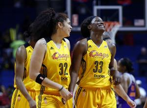 Amanda Zahui och Tiffany Jackson-Jones under en match med Tulsa Shock i WNBA.