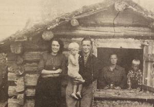 Den här bilden är troligen tagen sommaren 1942, när Jane Horney reste till Funäsdalen med sin familj. Här står hon vid en fäbod i Morvallen med svågern Georg Granberg.
