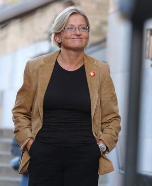 Anna Lindh på ett torgmöte på Medborgarplatsen, hennes sista offentliga framträdande i Stockholm. Dagen efter, 10 september, knivhöggs hon till döds på NK i Stockholm.