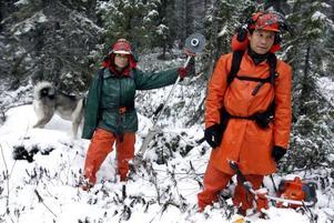 Ehmo och Sonaing har snabbt lärt sig att röja i den svenska skogen. Foto: Leif Jäderberg
