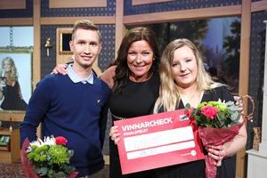 Mimmi Persson och Hampus Blomkvist med Bingolottos Lotta Engberg.