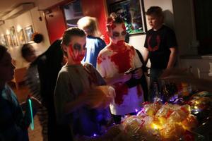 Uppfordrande blickar från två zombies som besökte fiket. Sebastian Schönberg och Hampus Gustafsson hade klätt ut sig tillsammans.