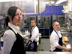 GILLAR LÄGET. . I restaurangen är det Camilla Skoog som bossar medan kocken Mattias Angust och köksmästaren Anders Mårdäng sköter köket.