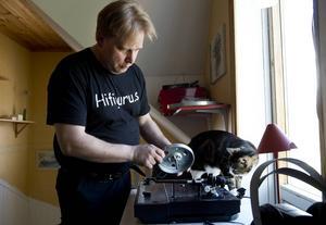 LP skivans återtåg håller i sig och många söker efter skivspelare för att kunna lyssna på sina gamla vinylplattor. Mikael Svensson ger en Thorens 320 lite omsorg.