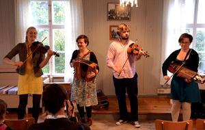 Folkmusikgruppen RIM underhöll på bylokalen på Öhn på torsdagskvällen. Elin Jonsson, till vänster, kommer från byn. I gruppen ingår även Hilde Fjerdingöy, Jo Einar Jansen och Sunniva Abbeli.