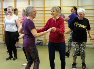 Marianne Nyberg i rött är äldst i gruppen. Hon är 87 år och tränar även på Falu kvinnliga gymnastikförening en gång i veckan.