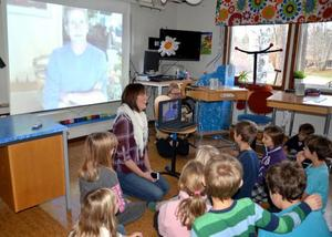 Det är inte ofta skolbarn får prata med en tv-programledare, men under Rätans skolas näringslivsvecka blev det verklighet. Lärarna Hanna Högberg och Carolina Sandholm ringde upp Martin Timell, som fick massor med frågor av barnen.