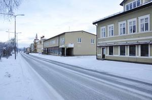 Längs E14 och butiksgatan i Bräcke gapar flera butikslokaler tomma. Minskad befolkning och konkurrens från Östersund är några av anledningarna.