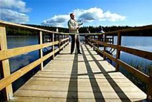 Foto: ANNAKARIN BJÖRNSTRÖM Klippare. Benny Bohlin klippte bandet när den nya bryggan invigdes.