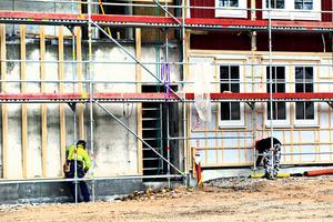 Estniska och svenska arbetare jobbar sida vid sida vid hotellbygget i Kungsberget. Byggfacket tror att lönerna skiljer en hel del.