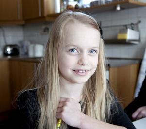 """SVÅRT ATT SITTA STILLA. Tioåriga Felicia har diagnosen adhd, attention deficit/hyperactivity disorder. Det betyder att hon har svårt att koncentrera sig, sitta still och hejda sina impulser. """"Men jag är glad över min adhd, eftersom det gör att jag är så duktig på att måla och på gymnastik."""""""