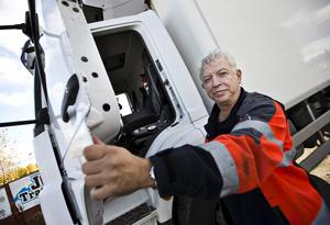 OROAD. Tommy Emterby, lastbilschaufför och Kristdemokraternas ordförande i Hallstahammar, oroas av att utländska lastbilschaufförer får köra i Sverige utan tillstånd.