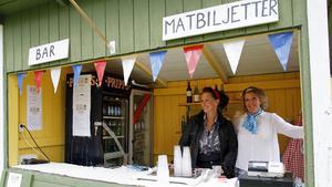 Från vänster: Elina Svärd och Susanna Mika i baren.