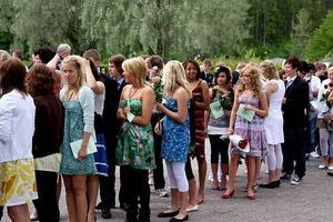 Utanför kyrkan hade de finklädda avgångseleverna från Gudmundråskolan radat upp sig i väntan på inmarschen i kyrkan.