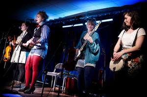 Polkfrock Sisters är en kvintett som spelar folkmusik, pop och rock och på närmare tio olika instrument. Publiken i Peter Stormaresalen hade svårt att sitta still.