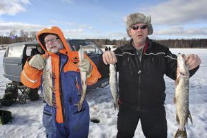 Mats Svedberg och Per Bergkvist visar fångsten. Men de är mer intresserade av att hålla koll på angeldonen för att se om det är napp.