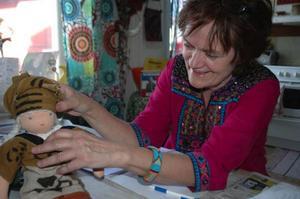 Reidun Runsten engagerar både familj och bekantskapskrets i arbetet med världsmusikfestivalen. Dockan, klädd i nationaldräkt från Mali, har hennes mamma sytt.