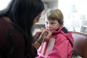 Patricia Håkansson hjälpte barnen med ansiktsmålningen. Här blir Vilja Högberg en katt.