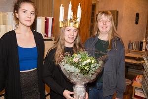 Lucian Emilia Norling tillsammans med två kandidater, Blenda Pettersson och Elsa Zetterljung.