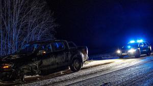 En av bilarna miste ett hjul vid olyckan men höll sig på vägbanan. Den andra bilen slutade i diket. Foto: Niklas Hagman