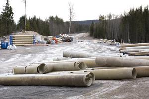 Arbetet med vattenledningen mellan Grängesberg och Östansbo flöt på utan nämnvärda problem i höstas. Men nu har arbetet stoppats. NCC uppger att det läcker in i nya ledningen.