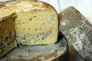 Ädla ostar. I botten en Vera från Oviken, Jämtland, gjord på fårmjölk, Ovanpå en Sörmlands ädel gjord på komjölk. Och vid sidan en Jarse Blue, komjölk, från Järvsö förstås.