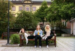 Amanda, Caroline och Linnea från Falun medverkar i antologin.