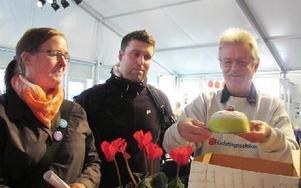 Landstingspolitikern Kjell Persson (S) med en av minitårtorna som Marion Vaeggemose och Lars Ludvigsson från Vårdförbundet bjöd på.-- Precis som tårtorna inte fyller hela kartongen blir vår kunskap inte fullt utnyttjad. FOTO: SYLVIA KJELLBERG