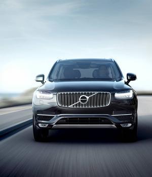 Den kromade grillen har tydligt släktskap med många Volvobilar ur historien. Led-strålkastarnas design ska bli ett nytt signum för märket.    Foto: Volvo
