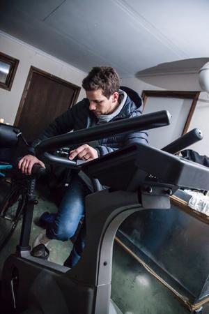 Christofer går vissa dagar upp vid fem på morgonen för att träna i garaget. Jobbet börjar han klockan sju.