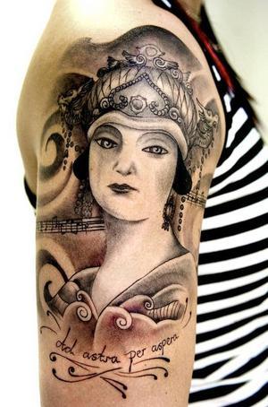 I skinnet. Jennie Tiderman har låtit Jocke Hultman tatuera in omslagsbilden från Puccinioperan Turandots orginalpartitur på hennes arm. Foto:LarsDafgård