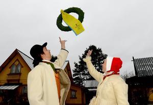Kransen i luften för Tjejvasans kransmas Johan Wellert och Vasaloppets kranskulla Hanna Eriksson.