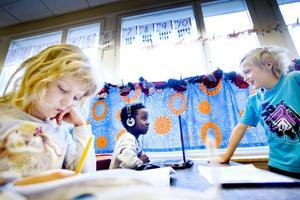 Linnea Lindblad, Noah Lisselg och Rasmus Ahlin Nilsen lär sig alla läsa och skriva med hjälp av datorn. Nästa år kommer de att börja skriva bokstäver med penna i skolan.