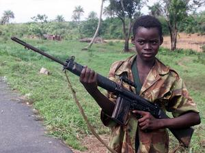 Trots att Socialdemokraterna på sin senaste kongress klubbade att vapenexport till diktaturer skulle förhindras ser det nu ut som att så inte blir fallet. Vapen dödar, främst civila. Och vapen tenderar att hamna på villovägar, även svenska vapen. På bilden en barnsoldat i Sierra Leone med ett brittiskt vapen.