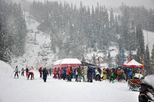Äntligen kom snön, det gick delta i båda liftinvigningarna: Fjällgårdenexpressen (bilden) och Sadelexpressen med skidor på fötterna.