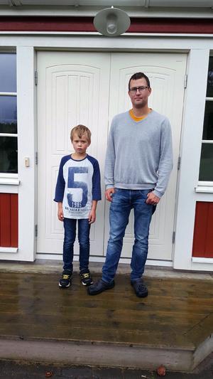 Nils Strandell går i tredje klass och tycker inte om att komma för sent till skolan. Pappa Jens är upprörd över att kommunen aldrig löser problemet.