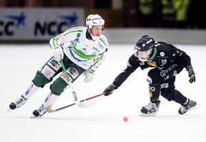 Jimmy Jansson försöker stoppa Johan Esplund.
