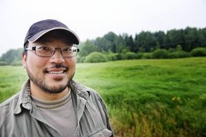 """Erfaren myggjägare. Biologen Thomas Persson Vinnersten är en erfaren myggjägare och nu när bekämpningen är färdig är det tid för att kartlägga de döda larverna. I går hittade han väldigt få levande larver i Gysingeområdet. """"Det har varit en lyckad sista bekämpning. Nu får vi hoppas att det inte blir några fler kläckningar"""" säger han när han kikar igenom den lilla vita koppen med vatten."""