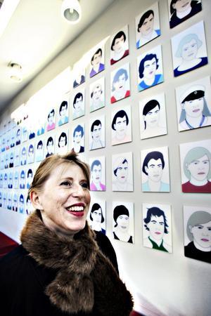 KONSTPROFIL. Karin Willén är ordförande för KRO, Konstnärernas riksorganisation. Numera bor hon i Stockholm men hon är uppväxt i Gävle och har fortfarande en inblick i det lokala konstlivet. Verket bakom Karin Willén är gjort av hennes vän Lars Arrhenius och finns på sjukhuset i Gävle. Hon är starkt kritisk mot att Landstinget Gävleborg har slopat enprocentregeln.