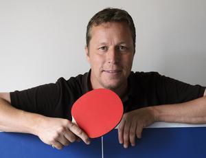 Att stå lutad över ett pingisbord varje dag i 40 år har tagit ut sin rätt. Ryggbesvären gör att J-O Waldner tror att det här blir hans sista säsong.
